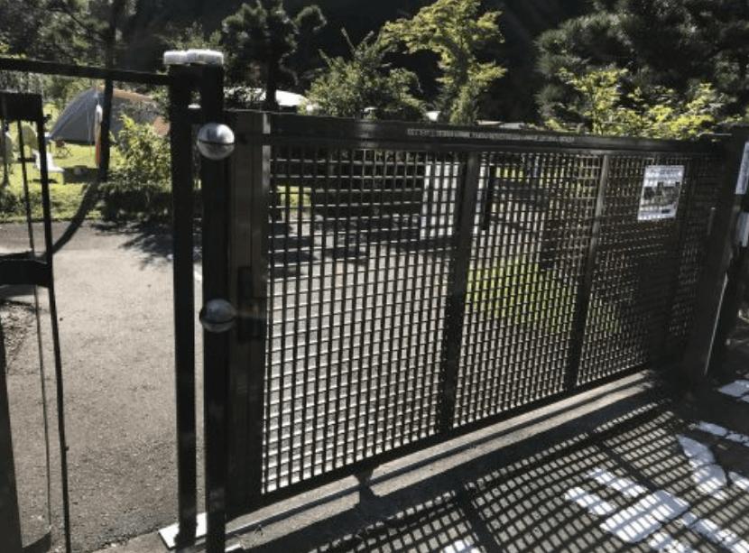 天守閣自然公園キャンプ場の入口ゲート